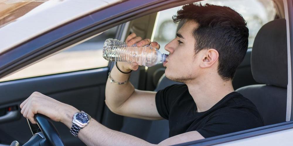 Esto es lo que sucede cuando conduces y tu cuerpo está deshidratado
