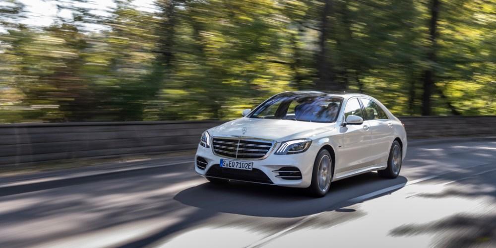 Mercedes-Benz S 560 e, Diamantweiss-Metallic, Leder Exclusiv Schwarz Anthrazit.;Kraftstoffverbrauch kombiniert: 2,6-2,5 l/100 km, CO2-Emissionen kombiniert: 59-57 g/km*; Stromverbrauch kombiniert: 20,2-20,0 kWh/100 km*Mercedes-Benz S 560 e, diamond white metallic, Exclusiv leather antracite black.;Fuel consumption combined: 2.6-2.5 l/100 km, CO2 emissions combined: 59-57 g/km*; Power consumption combined: 20.2-20.0 kWh/100 km*