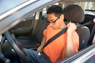 Jóvenes invierten más en el seguro de autos que los adultos