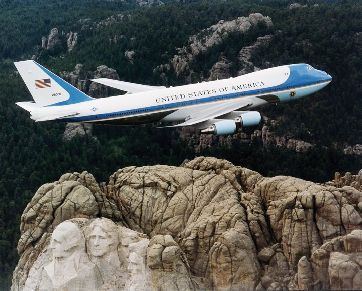 Air-Force-One-flying-over-Mount-Rushmore