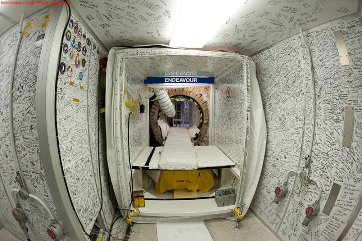 Endeavour_white_room_2