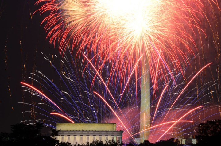 Fireworks-in-front-of-the-Lincoln-Memorial-and-Washington-Monument