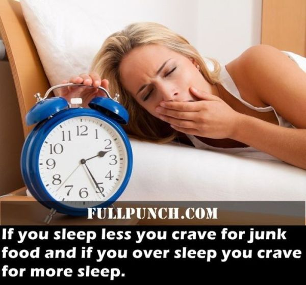 Schlaflosigkeit mit Uhr in der Nacht. Frau kann nicht schlafen.