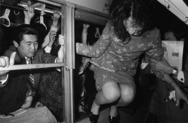 insane_photos_of_tokyo_commuters_01