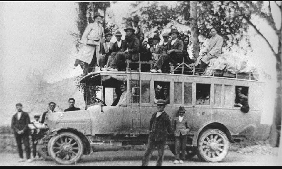 Transporte de viajeros en la línea Lorca-Baza, aproximadamente en 1917. Foto extraída del grupo de Facebook Almería en blanco y negro.