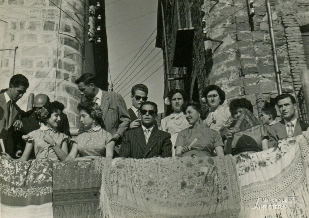 Mozos de la Mayordomía 1955/1956 en el tablao de la plaza