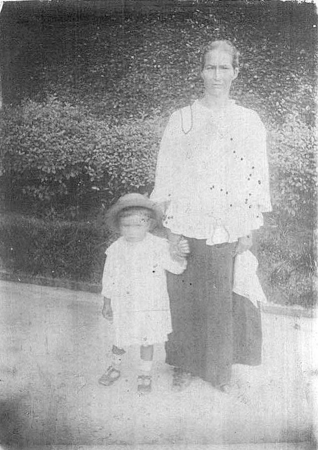Fotografía 11. Fotografía tomada en São Paulo en 1927. Aparecen Luisa Fernández, emigrada de Santisteban del Puerto, junto con su nieto mayor (Fernández Oliva, 2011)