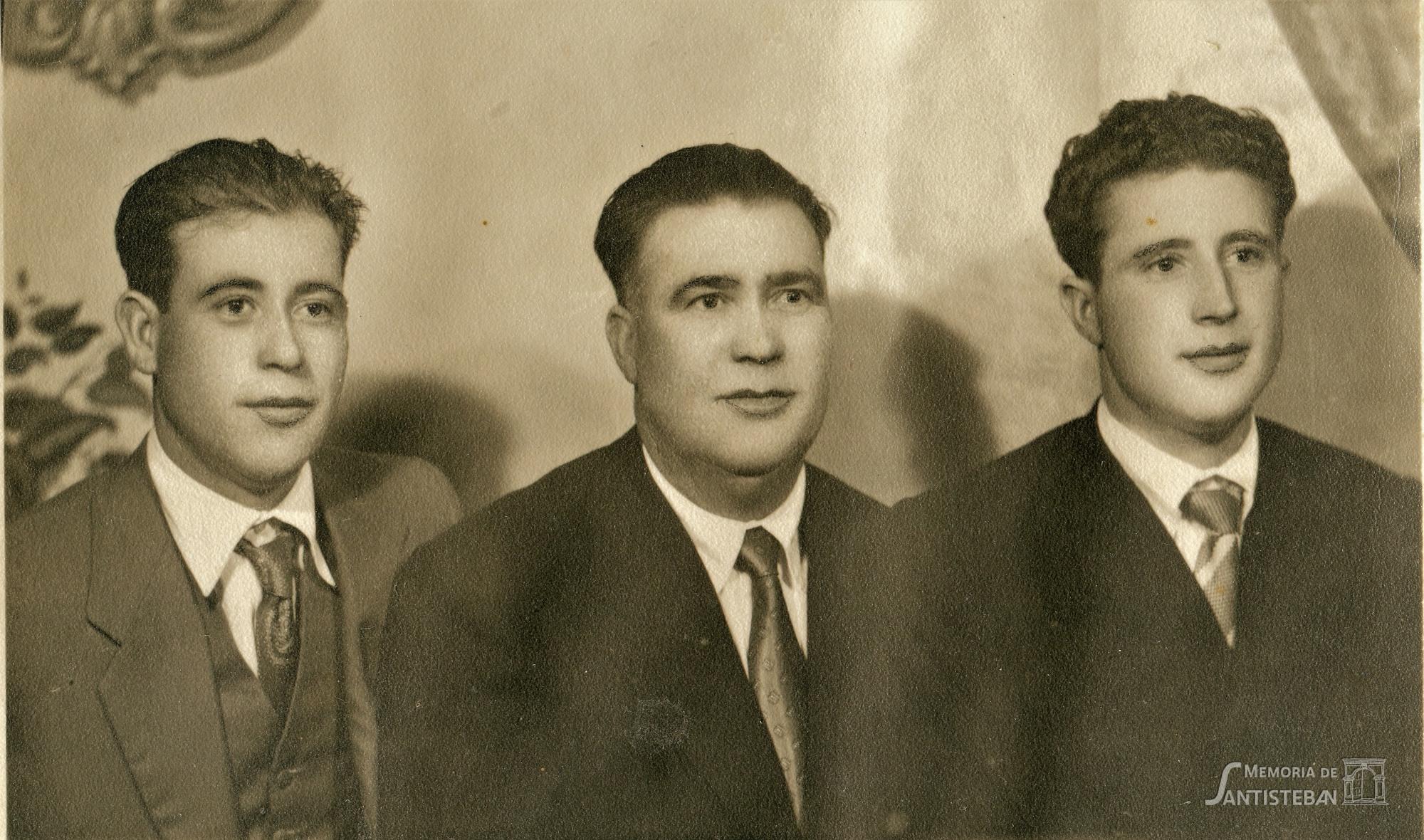 En el centro, mi bisabuelo Manuel Sánchez Lázaro flanqueado por sus hijos. Antonio, a la izquierda, y Juan, a la derecha.