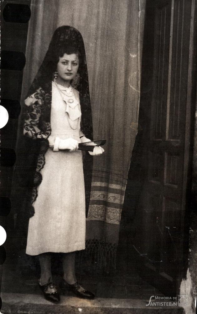Una Moza de la Mayordomía de 1934-1935, preparada para salir.