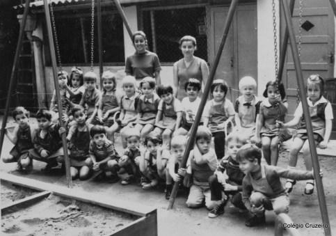 1969 - Turma do Cruzeirinho na sede em Botafogo com Professoras Lúcia e Jane