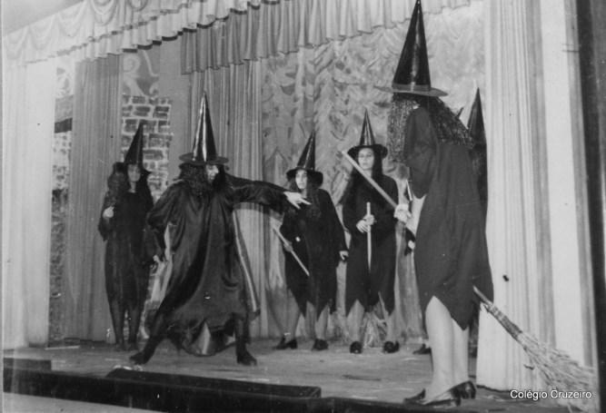 1970 - Apresentação Teatral da peça A Bruxinha que era boa
