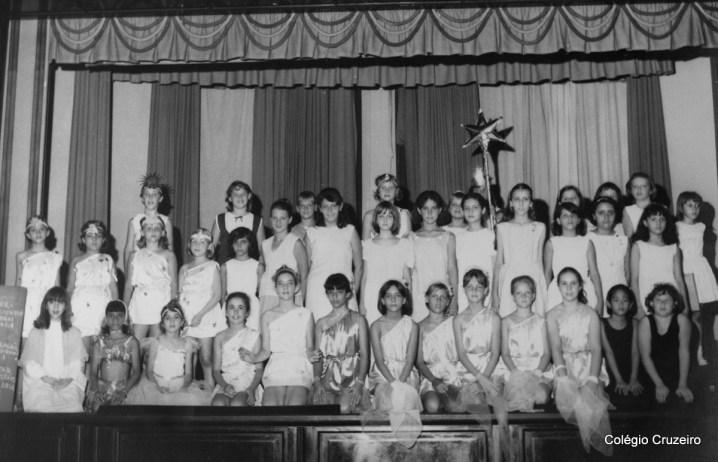 1965 - Festa do advento - Cações de Natal sob regência da professora Heidi