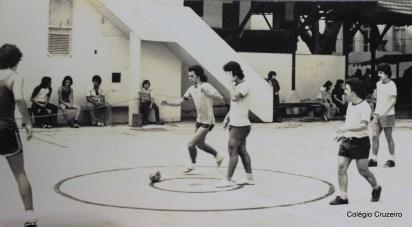 1975 - Atividade esportiva no pátio do Colégio Cruzeiro - Centro