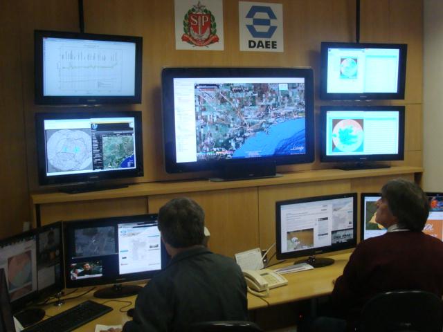 Sala de Situação São Paulo -SSSP- Dados Hidrológicos e Serviço de Alerta de Chuvas por SMS para moradores situados em áreas de risco. (2/4)