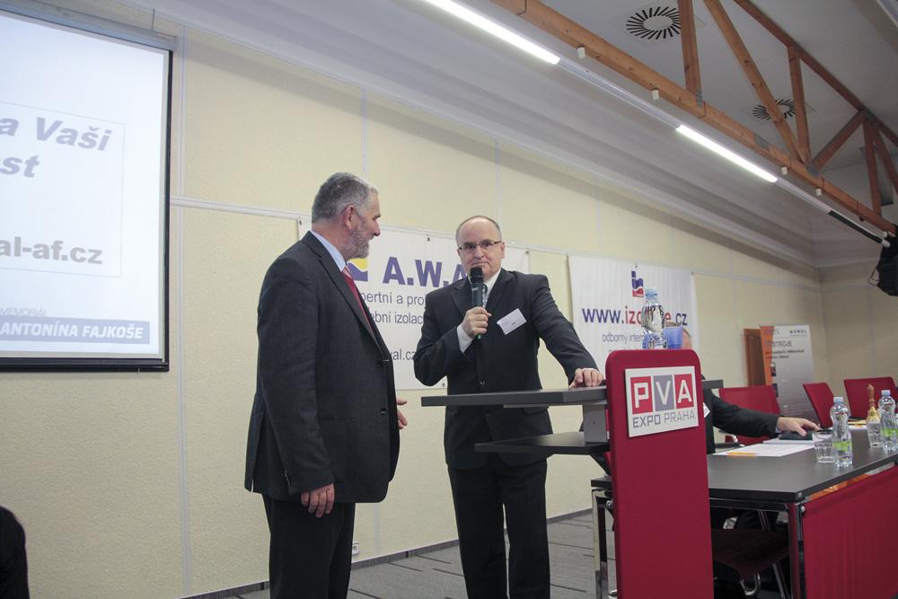 Poděkování firmě AWAL za možnost prezentování výsledků na konferenci Izolace (zleva Ing. Novotný a Josef Krupka)
