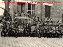 Corpo da extinta Guarda Civil do Estado de São Paulo e ao centro sentado, seu Comandante, o Delegado de Polícia Thyrso Martins, em 1932. E o uniforme que se vê na foto foi especialmente confeccionado para a Revolução de 1932. A Guarda Civil atuou na região da Mogiana e do Vale do Paraíba com duas companhias de bombardas (morteiros). Perdeu três homens durante a campanha.