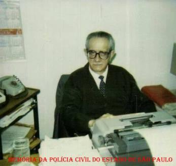 """O lendário Escrivão de Polícia Wanderlei Serpa Desgualdo,""""in memorian"""", em sua sala, na década de 80."""