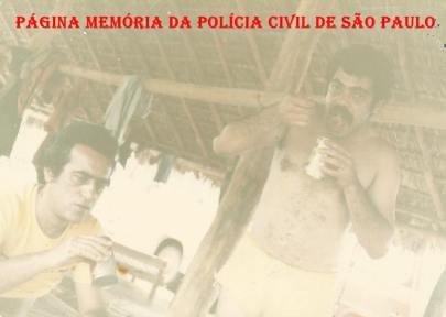"""Investigadores Roberto Mastropaulo """"Turquinho"""" e Alfredo Lambiase """"Farofa"""", da 1ª Delegacia de Roubos da DISCCPAT- DEIC (Kilo), em uma pescaria no Pantanal, em 1.982."""