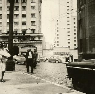 Delegado de Polícia Coriolano Nogueira Cobra caminhando pelo centro de São Paulo, na década de 60. (acervo da filha Teresa Cobra).