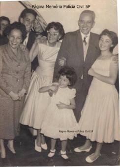 Delegado Coriolano Nogueira Cobra, em foto com a família, na década de 60. (acervo da filha Teresa Cobra).