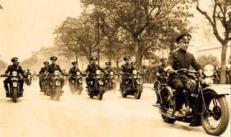 Motociclistas da Divisão de Polícia Rodoviária da Guarda Civil de São Paulo, que foi a primeira polícia rodoviária estadual paulista. Em 1928, foi criada Polícia Rodoviária Federal; e, em 1948, a Polícia Rodoviária do Estado de São Paulo, subordinada do DER, e incorporada à Força Pública em 1963.