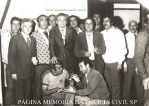 """Investigadores de Polícia da DIG- DEIC, em 1.977: 1º (?), 2º (?), 3º) Everaldo Petri, 4º (?), 5º) Ferrari, 6º (?), 7º (?), 8º) Ortega, 9º Fernando Queiroz """"in memorian"""", 10º (?); Spinola, Pereirinha, Gaeta. Agachados Reinaldo """"Orelha"""" e (?). (acervo do Investigador Cypriano R Santos)."""