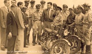 Motociclistas da extinta Polícia Rodoviária do Estado de São Paulo e suas potentes máquinas, na década de 60.