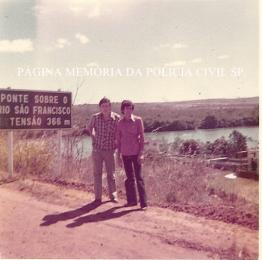 Investigadores de Polícia da DISCCPessoa (homicídios), Luiz Melchiades Piacentinii e Odenir H. dos Santos, em diligência para captura de um homicida, na cidade de Três Marias- MG, ano de 1978.