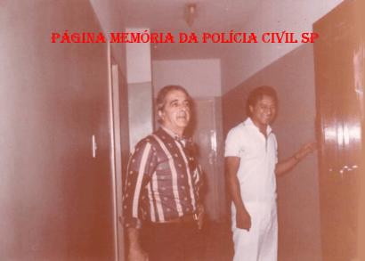 "Investigadores da 1ª Delegacia de Roubos e Extorsões da DISCCPAT- DEIC (Kilo), na década de 70. O saudoso Rui ""Piteira"" e Oscar Matsuo."