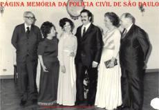 Delegado de Polícia Coriolano Nogueira Cobra, ao lado de sua esposa, no casamento de sua filha Teresa Cobra (a 3ª e seu noivo ao lado), a seguir o casal de sogros Teresa, em 21 de junho de 1.974.