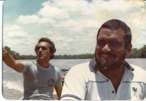 """Investigadores de Polícia Roberto Martropaulo o """"Turquinho"""" e Elmo Viera Ferreira (hoje Delegado de Polícia), da 1ª Delegacia de Roubos e Extorsões do DEIC, em pescaria no Mato Grosso, em 1.982."""