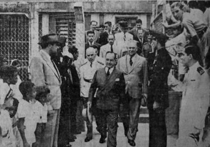 Guardas Civis saudando o presidente Vargas quando em visita a cidade de Cubatão.