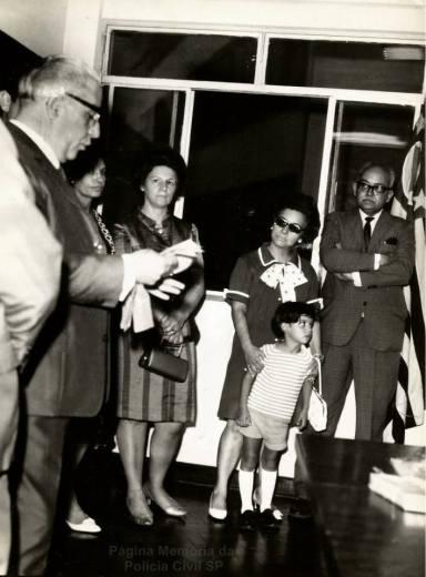 Delegado de Polícia Coriolano Nogueira Cobra, em companhia de sua família sendo homenageado, na década de 60. (acervo da Sra. Teresa Cobra).