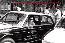 Desfile de apresentação de 24 viaturas Brasília O KM adquiridas em 1977, para a frota do Instituto de Criminalistica. Apresentação feita ao Secretário Erasmo Dias, defronte ao antigo Gabinete do Secretário, na Avenida Higienópolis, 758, esquina com rua Albuquerque Lins. O endereço do Instituto de Criminalística era à época na Avenida Vergueiro. Em destaque, dirigindo a viatura, Carlos Eduardo Albuquerque Lopes de Albuquerque - Chefe de Seção do antigo DEPC, hoje aposentado.
