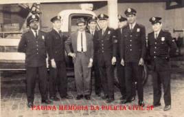 Policial Civil ao centro em trabalho conjunto com integrantes da extinta Guarda Civil do Estado de São Paulo, na década de 60
