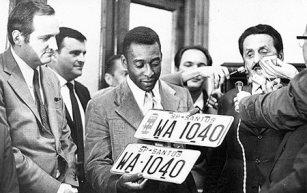 """Dr. Paulo Vinhas, entregando placas de veículo ao Edson Arantes do Nascimento, """"Pelé""""em homenagem ao gol numero 1.040 feito pelo craque."""