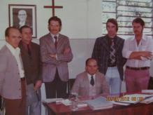 STA FOTO FOI TIRADA NA DELEGACIA DE POLICIA DE CERQUILHO. ANO DE 1976, EM UMA CORREIÇÃO REALIZADA PELO DELEGADO SECCIONAL DE POLICIA DE BOTUCATU, DR MARIO IELO, QUE APARECE SENTADO. EM PÉ DA ESQUERDA PARA A DIREITA ESCRIVÃES CARLOS, LOBO, PAULO VIESI (DELEGADO) ESCRIVÃES GRANDO E ZANARDO. BELA DELEGACIA DE POLÍCIA E UM POVO SENSACIONAL.