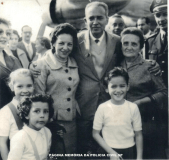 Delegado Coriolano Nogueira Cobra, esposa, mãe, Cora Lima, Maria Do Rosário Depieri, e filha Teresa Cobra, na chegada de Londres, onde estagiou na Scotland Yard, em junho de 1959.