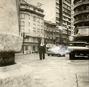 Delegado de Polícia Coriolano Nogueira Cobra caminhando pelo centro de São Paulo, na década de 60.