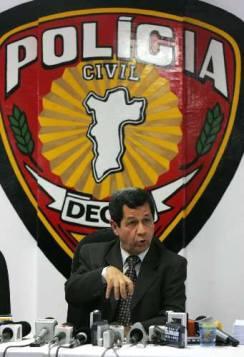Delegado de Polícia Antonio Carlos Menezes Barbosa, passou no concurso para Escrivão de Polícia em 1.972 e por muitos anos trabalhou na Delegacia de Crimes contra a Fé Pública do DEIC. Depois, já como Delegado de Polícia foi Titular de várias Delegacias do DECAP e DPPC com muita competência, determinação e liderança. Aposentou-se precocemente no ano de 2.011.