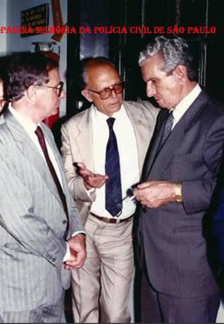 Dependências do DECON, em 1.990. À partir da esquerda da esquerda: Delegados Durval de Oliveira, Adolpho Tiossi e Amandio Malheiros, à época, rspectivamente Diretor do DECON, Diretor da Primeira Regional e Delegado Geral de Policia. (acervo do Investigador Luiz Alberto Spinola de Castro).