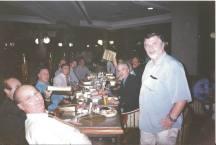 Investigadores de Polícia Norberto Della Brida (em primeiro plano de óculos a esquerda), Sergio Vulcano (camisa azul à esquerda), Afonsinho (defronte de terno e gravata), ao lado de pé à direita Wagner, ao fundo à direita sorrindo Cipriano, penúltimo a esquerda de gravata Zé Roberto e outros policiais civis em confraternização em restaurante de São Paulo.