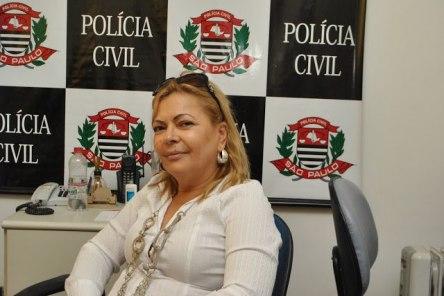 Faleceu na tarde de 29 de abril passado, aos 56 anos a Delegada de Polícia de Tapiraí Dra. Sueli Morales da Silva. Respondia pela Delegacia de Polícia de Tapiraí desde 2011 e atuou como Diretora da Cadeia Feminina de Votorantim e trabalhou ainda na Delegacia de Piedade, estava internada na Santa Casa Misericórdia de Sorocaba com quadro grave de pneumonia. A Delegada, responsável pela Delegacia de Polícia de Tapiraí, foi atendida em uma unidade de pronto-atendimento de Tapiraí, no sábado (27/04), mas devido o seu quadro clínico, ela foi encaminhada para a Santa Casa de Sorocaba onde foi diagnosticado o quadro de pneumonia. No início da tarde de segunda-feira (29/04) a paciente não resistiu e acabou falecendo. Sueli Morales, que morava em Sorocaba, comandava a delegacia de Tapiraí há mais de 3 anos; antes ela trabalhou em Piedade.