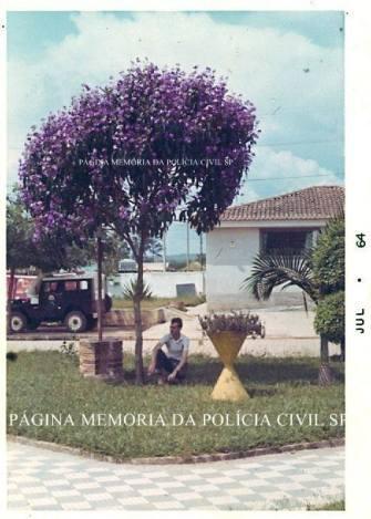 Delegacia do Município de Poá, na Praça Rui Barbosa, em 1.964. Defronte ao prédio estacionada sobre a calçada a viatura Jeep da Delegacia.
