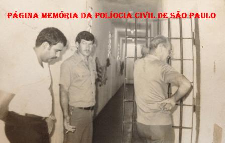 """Cadeia Pública de Itanhaém, década de 70. À partir da esquerda Investigador Celso Ribeiro Rocha, o lendário Carcereiro Estevan e (?). A foto mostra o clima de tristeza, logo após o famigerado marginal de vulgo """"Sardinha"""", que estava preso, em fuga alvejou o Investigador Celso com um tiro no quadril e assassinaram o Policial Militar Manoel Carneiro. ( Acervo do Investigador Anderson """"Pezinho""""."""