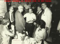 O saudoso Delegado de Polícia Coriolano Nogueira Cobra (2º a partir da esquerda de terno cinza), em jantar com colegas delegados, na década de 70. (Acervo da filha Sra Teresa Cobra).