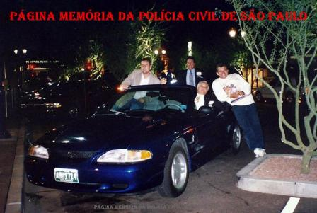 "Delegados Paulo Roberto de Queiroz Motta, Ivaldo Rodrigues Teixeira ""in memoriam"", Djhay Tucci Jr e Investigador Torso, meados da década de 90- Colorado, USA. O veículo é um Mustang conversível."