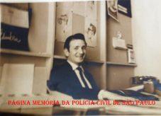 Ícone da reportagem policial João Bussab, na TV Cultura, na rua 7 de Abril, década de 60. https://www.facebook.com/MemoriaDaPoliciaCivilDoEstadoDeSaoPaulo/photos/a.283058748483370.65461.282332015222710/1090163194439584/?type=3&theater