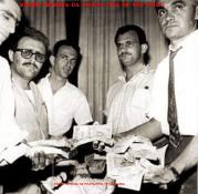 """Policiais da Delegacia de Roubos do DI- Departamento de Investigações """"Kilo"""", após a prisão da quadrilha de ladrões gregos que roubaram 500 milhões do Banco Moreira Salles, na Praça do Patriarca, em 27 de janeiro de 1965. Até então, o maior roubo a instituição financeira do País. o paraguaio é o primeiro da direita, o da À partir da esquerda, Investigadores Renan Leal Luz, Urano, (?), Talles e Paraguaio. (Acervo do Repórter Policial João Bussab)."""