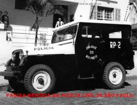 Viatura Jeep, uma das três Radio Patrulhas que São José do Rio Preto possuía na década de 60, estacionada em frente a Delegacia de São José do Rio Preto.